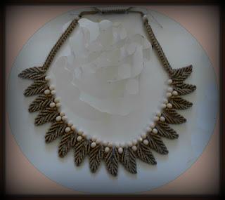 Εδώ   http   jewelry-crafts.wonderhowto.com how-to macrame-petal-chain-necklace-0157841   είδα το κατατοπιστικό video   έγινε αυτό το κολιέ με σχέδιο πετάλων ... 0302dad0012