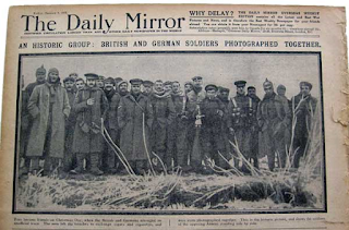 "Tregua de Navidad 1914 ""An historic group: british and germans soldiers photographed together"""