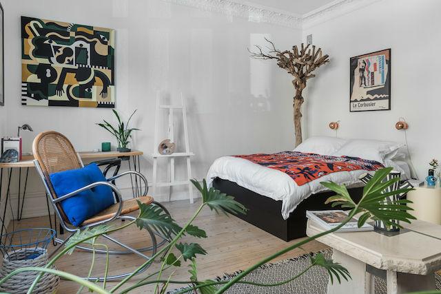 salón, dormitorio y zona de estudio en una misma habitación