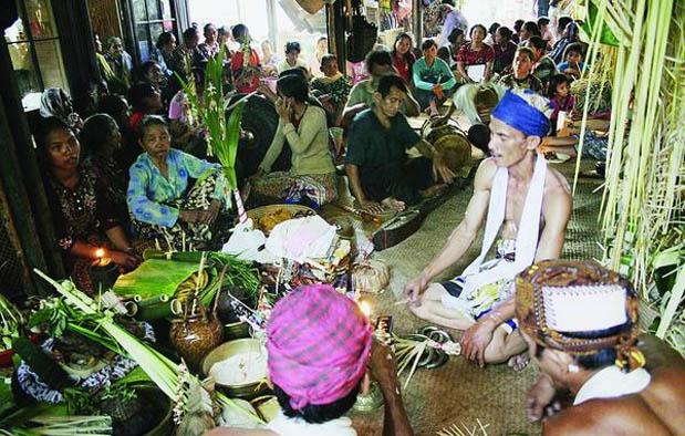 Indonesia yaitu negara yang mempunyai keanekaragaman budaya yang sangat luar biasa 13 Upacara Adat Di Indonesia yang Penuh Kontroversi