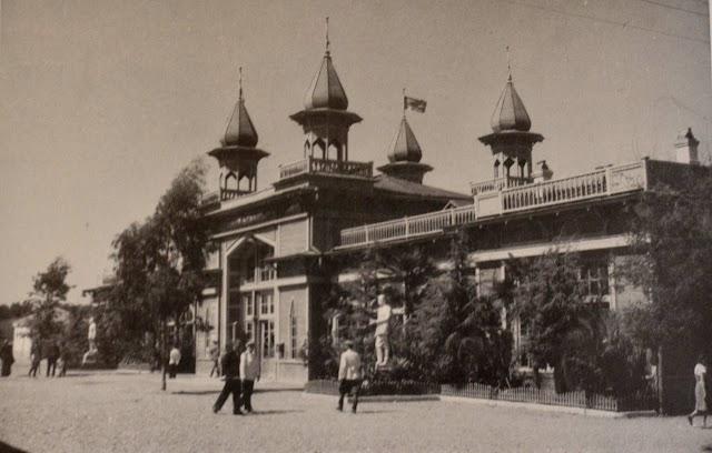 Здание ЖД вокзал Сухуми до 40ых годов ХХ века было деревянным. И к нему прибывал футуристический поезд