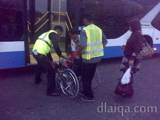 naik bus menuju gedung bandara