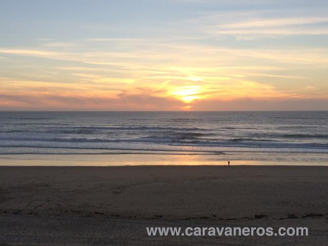 Foto del atardecer en una playa Camping Le Viux Port | caravaneros.com