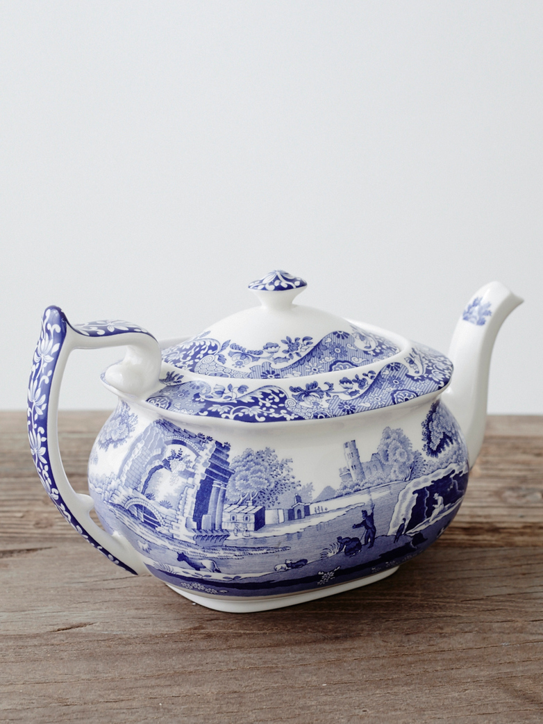 Biało-niebieski porcelanowy dzbanek na herbatę