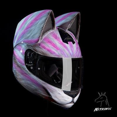 Casco decorado con orejas de felino y aerografo