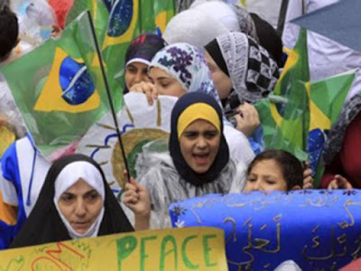 Sejarah masuknya Islam di Brasil        Sejarah masuknya Islam di Brasil dimulai dengan masuknya orang-orang muslim Afrika dalam bentuk perbudakan. Brasil menerima 37% dari seluruh budak Afrika yang diperdagangkan, berjumlah sekitar 3 juta orang bangsa Afrika.Sejak tahun 1550, orang Portugis telah menggunakan budak berbangsa Afrika untuk bekerja di kebun tebu yang sebelumnya dimusnahkan oleh penduduk Tupi setempat. Sejak ditemukannya Brasil oleh orang Spanyol pada abad ke-15 dan didatangkannya para budak dari barat dan utara Afrika, dunia Latin mulai dikenalkan pada Islam.Para budak dan orang Spanyol ini hidup tersebar di Brasil, Venezuela, Kolombia, dan Kepulauan Karibia.Sebagian besar Muslim saat itu adalah para budak.Tapi, dalam beberapa kasus mereka harus mengganti kepercayaannya secara terpaksa.Dan, seiring dengan berjalannya waktu, Islam pun menghilang dari negara-negara Amerika Latin, termasuk Brasil. Pada akhir abad ke-16, setelah pembebasan para budak, muncul komunitas muslim. Para budak yang dibebaskan ini membentuk komunitas bersama dengan imigran dari India dan Pakistan. Berdasarkan beberapa dokumen, selama tahun 1850 dan 1860, terjadi imigrasi besar-besaran muslim Arab ke tanah Amerika. Sebagian besar mereka datang dari Suriah dan Lebanon.Mereka menetap di  Referensi  http://wartasejarah.blogspot.co.id/2015/06/sejarah-masuknya-islam-di-brasilbrazil.html