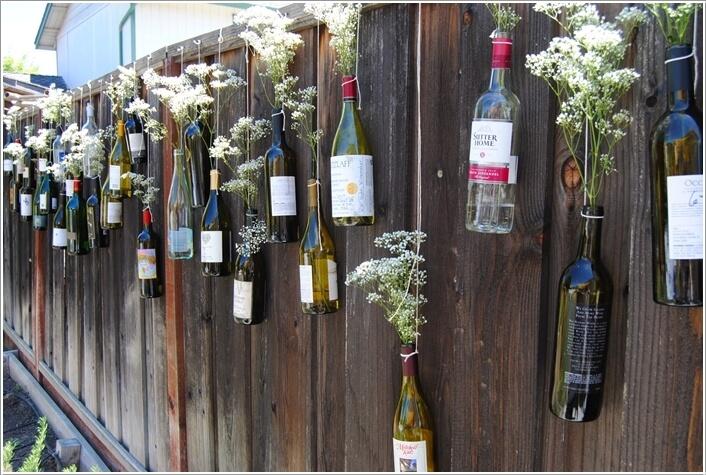 Hàng rào nhà ống độc đáo với vỏ chai rượu và dây kim loại