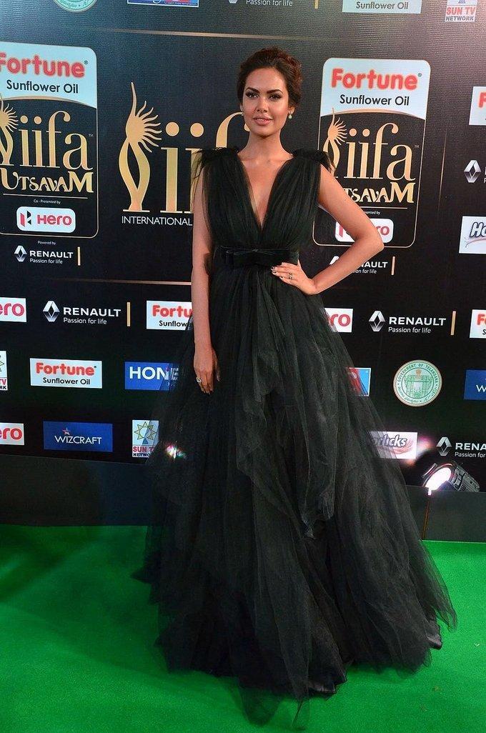 Hindi Actress Esha Gupta At IIFA Awards 2017 In Green Dress