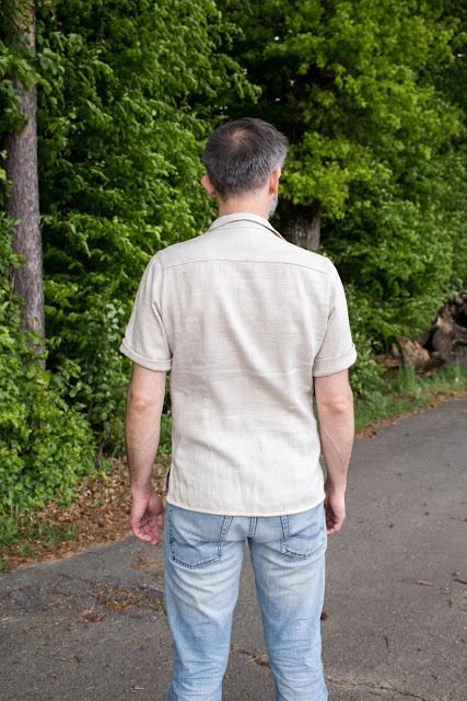 Genähtes Männerhemd aus robustem natürlichem Leinenstoff nach dem Schnittmuster Modell 143 aus der Burda 6/2016 - DIY Herrenhemd nähen