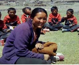 Pema Mingdi colaborando en la escuela donde estudió.