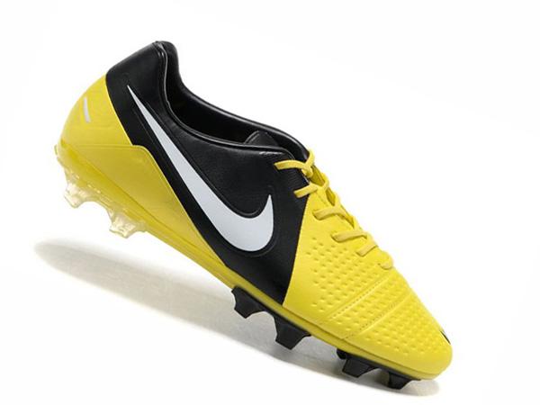 low priced 026cb f107a La chaussure Nike CTR360 Maestri III offre une tenue confortable en toute  légèreté. La semelle intérieure en EVA intègre des empiècements en PORON®  pour un ...