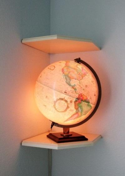 pasang bola lampu di dalam globe untuk menghasilkan lampu hias yang unik,
