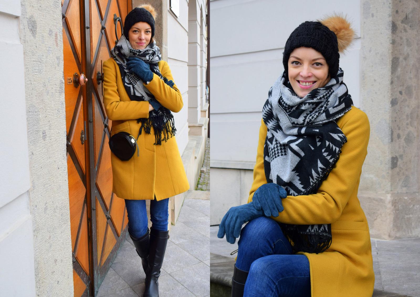 horčicový kabát s čierno-modrými doplnkami
