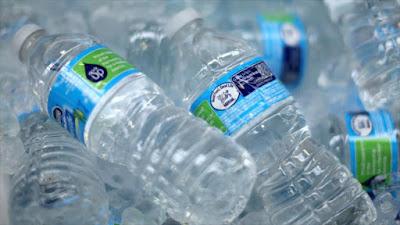 Botellas de agua producidas por la compañía Nestlé Waters.