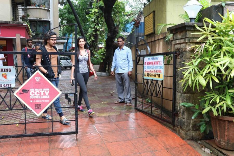Bollywood Actress Amyra Dastur Spotted at Bandra