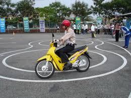 thi thực hành lái xe máy trong sân