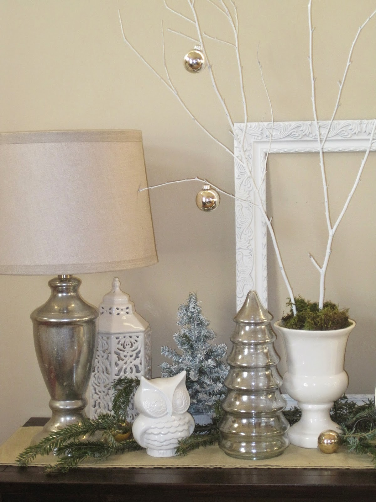 http://decoratedchaos.blogspot.com/2012/12/christmas-entry-table.html
