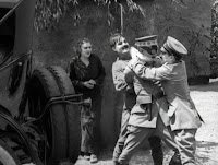 """Кадр из к/ф Чарли Чаплина """"На плечо"""" / Shoulder Arms (1918) - 28"""