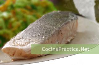 plato de pescado hervido con ensalada
