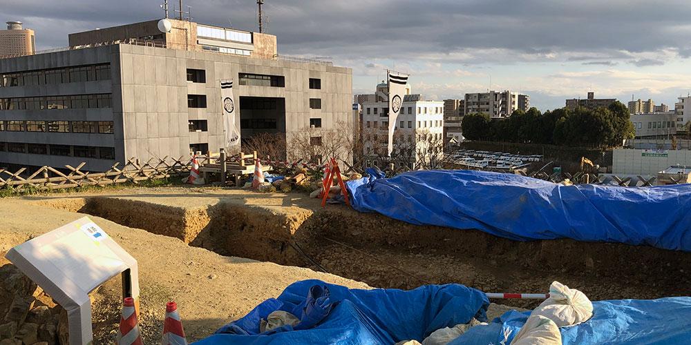 天守曲輪東南の隅櫓発掘現場、左奥に見えるのは浜松市役所(2018年11月3日撮影)