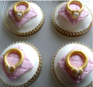cupcake dihiasi kue bentuk cincin diatasnya