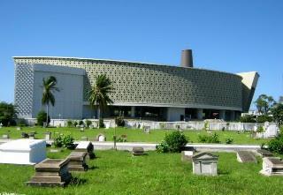 foto dari samping museum aceh