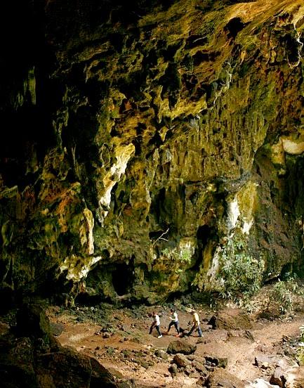 Cuando llegamos a las grutas de Calcehtok  sus guardianes nos regalan un gran privilegio  ya que nuestro guía será Salvador Cuy, hijo  del ya fallecido Roger Cuy, quién dedicó su vida a proteger este laberinto natural.