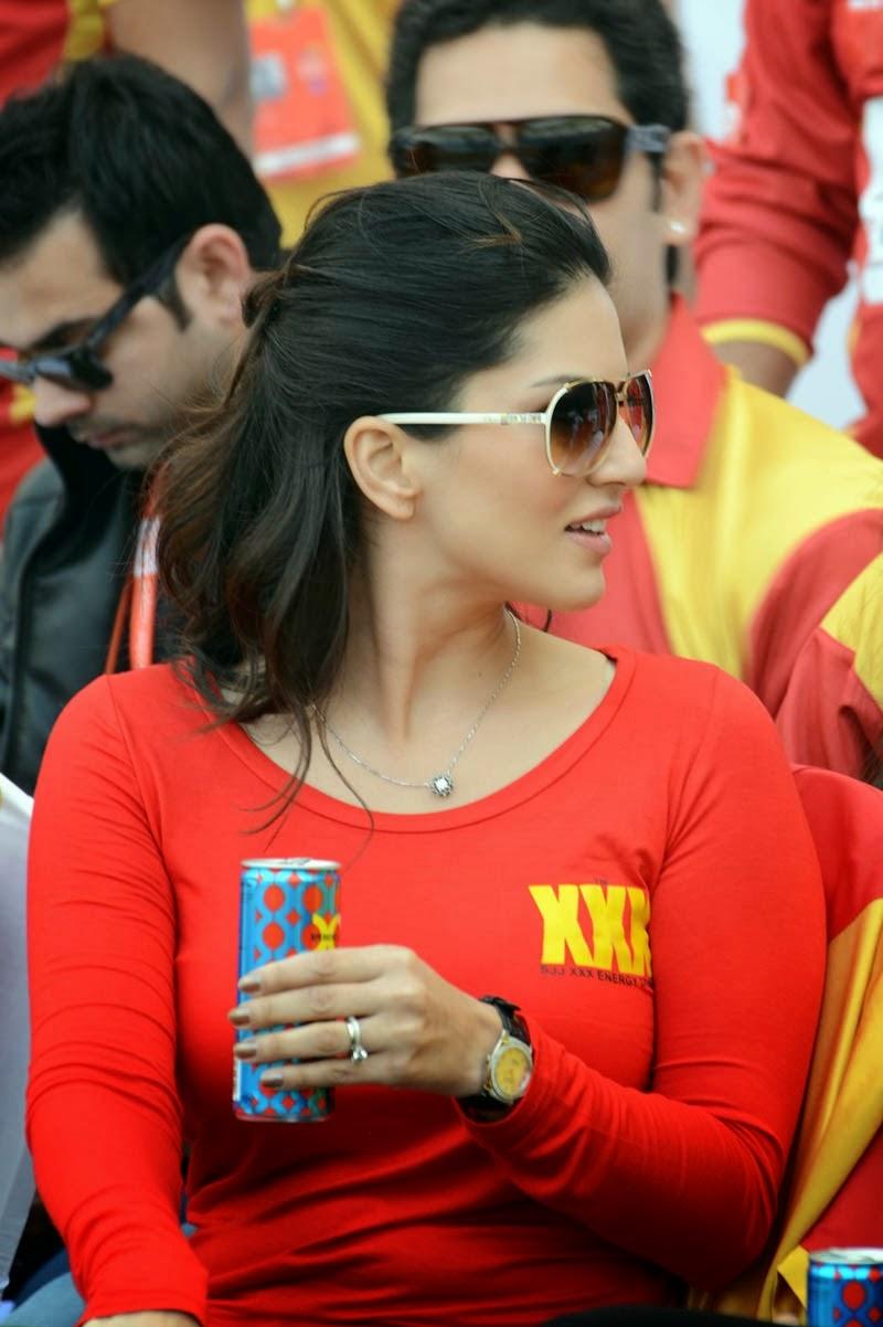 sunny leon at cricket match