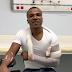 Alexandre Pires sofre acidente em escada de aeroporto