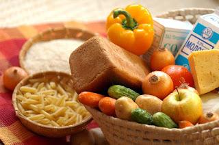 продукты питания в корзинке на столе