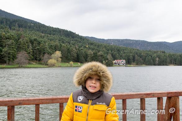 Gölcük gölünün serin havasında göle nazır poz veren oğlum, Bolu