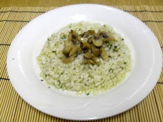 Plato con arroz y champiñones salteados y pesto