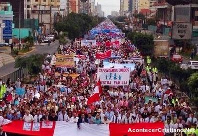 Miles de evangélicos marchan contra unión civil gay en Perú