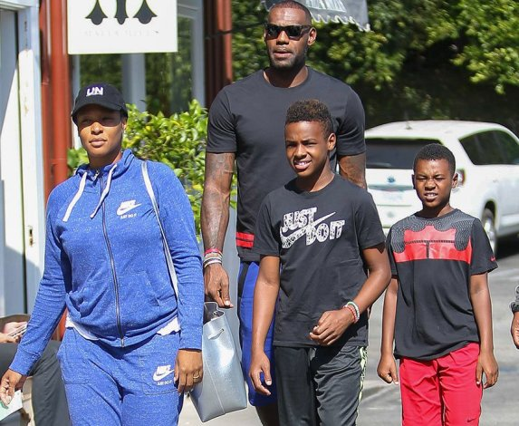 Lebron James steps out with his family (photos)