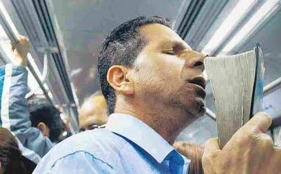 Hombre predicando en un tren