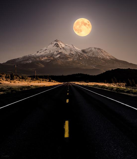 Trăng tròn khi mọc sẽ có cảm giác to hơn khi so với nó lên cao trên bầu trời. Hình ảnh: Derek Kind.