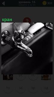 Закреплен обычный кран на раковину с регулировкой потока воды