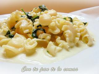 Pasta con salsa de espinacas y queso