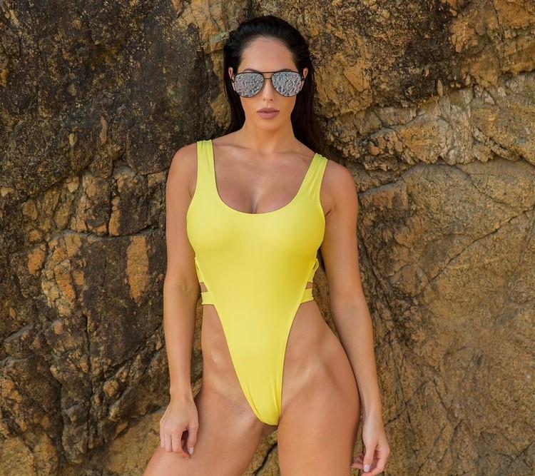 fitness model Hope Beel Showed Off Her Body In Bikini