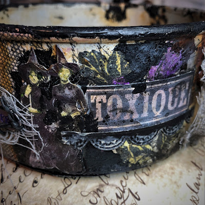 Sara Emily Barker sarascloset https://sarascloset1.blogspot.com/2018/10/a-tiny-witching-cauldron.html Altered Cauldron with Tim Holtz Sizzix Alterations, Distress and Ideaology 5