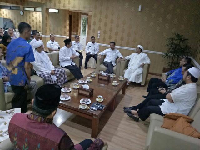 Habib Rizieq, Penuhi Panggilan Polda Jabar, Ini Yang Di Lakukan Masa Islam