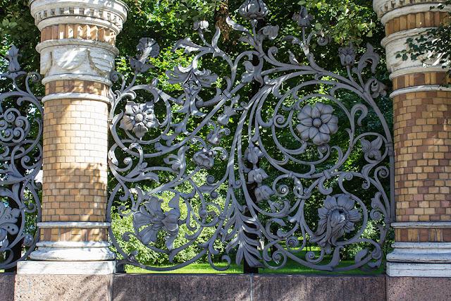 Фрагмент кованной решётки ограды Михайловского парка