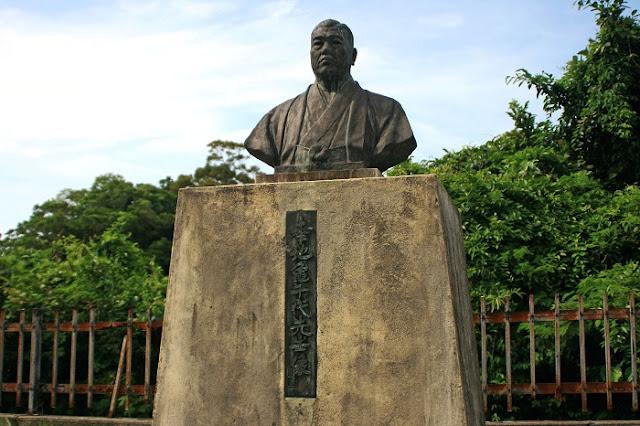幸地亀千代先生像の写真