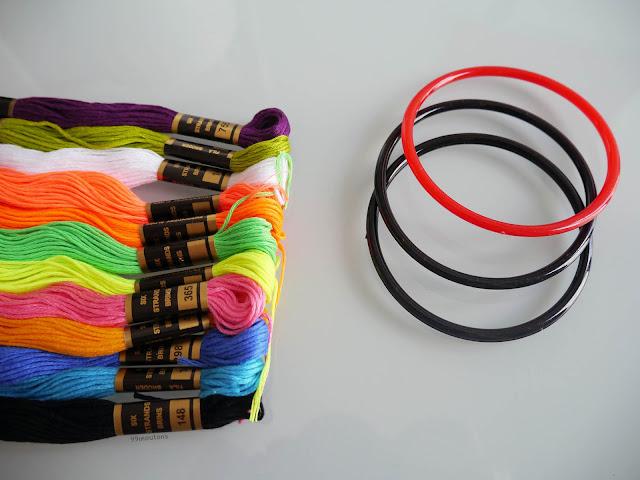 un bracelet et des fils à broder