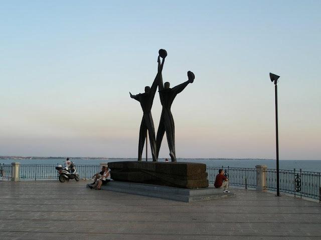 Monumento na Corso due Mari na cidade nova em Taranto