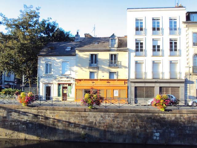 La façade du « Chat qui Pêche » vu depuis le Quai Émile Zola...