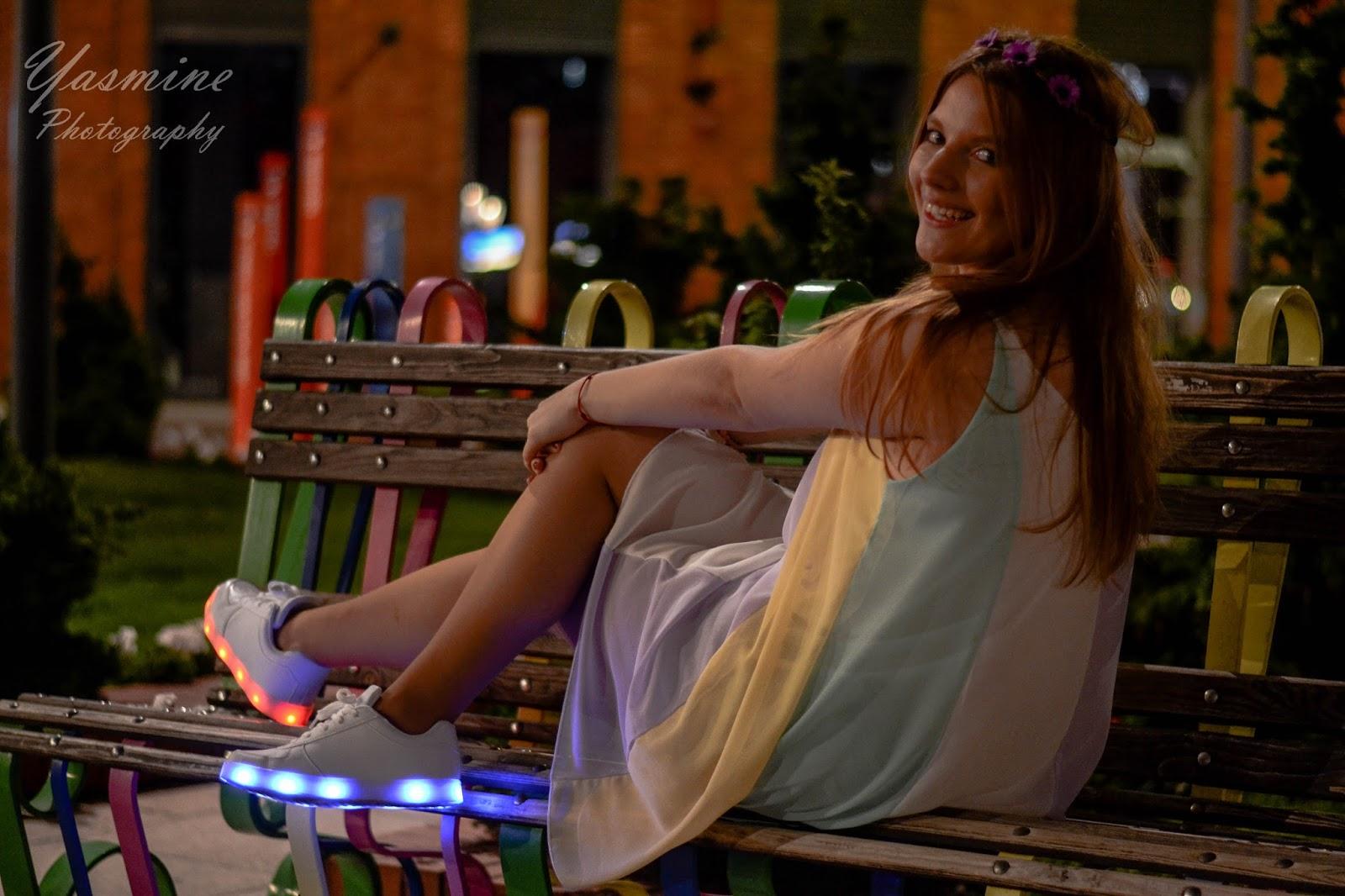 stylizacje festiwalowe ze smeakersami sneakersy disco light renee recenzja melodylaniella lookbook fashion białe