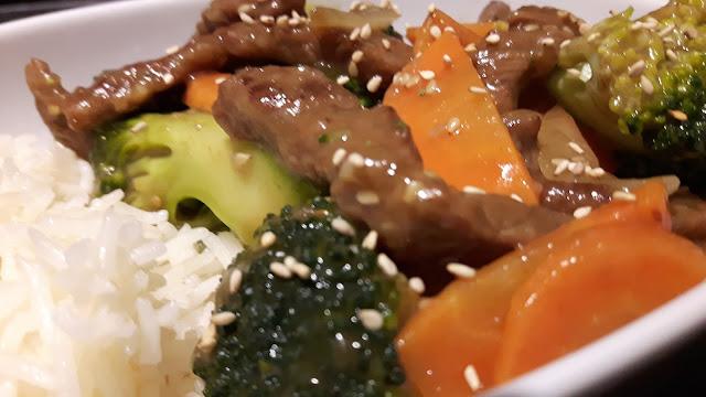 Gemüse für Kinder: Brokkoli und Karotten mit Rindfleisch und Reis