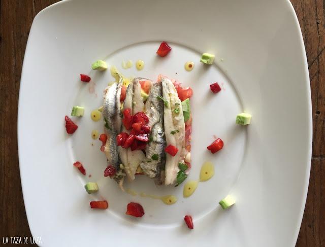 ensalada-de-boquerones-con-aguacate-y-fresas