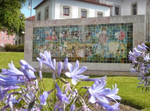 fiori ed azulejos nel quartiere di Estrela